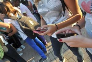 Scuola studenti giovani ragazzi minori adolescenza adolescenti IPHONE smartphone telefonini cellulari cellulare